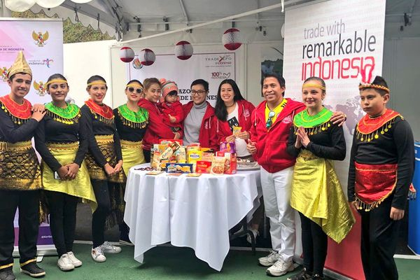 Festival Indonesia yang digelar KBRI Bogota di Bogota, Kolombia ramai dikunjungi warga Indonesia dan Kolombia, Sabtu (11/8). Para tamu disuguhi berbagai produk makanan khas Indonesia serta pagelaran seni dan budaya Tanah Air. - Dok. KBRI Bogota