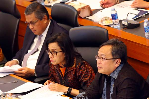 Menteri Keuangan Sri Mulyani Indrawati (tengah) bersama Menteri PPN/Kepala Bappenas Bambang Brodjonegoro (kanan) dan Gubernur Bank Indonesia Perry Warjiyo mengikuti rapat kerja bersama Badan Anggaran DPR Jakarta, Rabu (11/7/2018). - JIBI/Abdullah Azzam