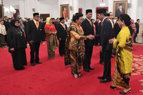 Presiden Joko Widodo (kedua kanan) didampingi Ibu Negara Iriana Joko Widodo (kanan)memberikan ucapan kepada penerima Anugerah Tanda Kehormatan di Istana Negara, Jakarta, Rabu (15/8). Presiden menyerahkan delapan Tanda Kehormatan, diantaranya Tanda Kehormatan Bintang Mahaputra Utama kepada GKR Hemas, Tanda Kehormatan Bintang Mahaputra Nararya kepada Dato Sri Tahir, Abbas Said, dan Abdul Haris Semendawai. - Antara/Puspa Perwitasari