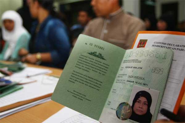 Petugas Kementerian Luar Negeri bersama BNP2TKI mendata Warga Negara Indonesia (WNI) yang bekerja di Arab Saudi setibanya di Bandara Soekarno Hatta, Tangerang, Banten, Sabtu (10/6). - Antara/Muhammad Iqbal