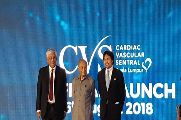 PM Malaysia Mahathir Muhammad (tengah) meresmikan Cardiac Vascular Sentral Kuala Lumpur (CVSKL) bersama Direktur Utama CVSKL Tan Sri Dato Dr Yahya Awang (kiri) dan Pangeran Negeri Sembilan Tunku Ali Redhauddin (kanan)