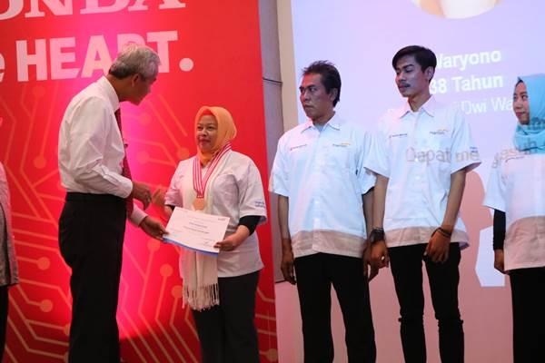 Gubernur Jateng Ganjar Pranowo berbicang dengan peserta bengkel Bapak Asuh. - Bisnis/Alif Nazalla Rizqi