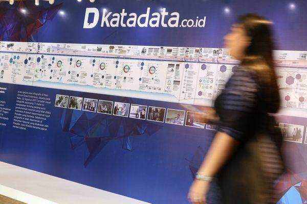 Pengunjung melewati infografik ekonomi dalamKatadata Forum dan peluncuran logo baru Katadata di Jakarta, Selasa, (8/5). - Dok. Katadata