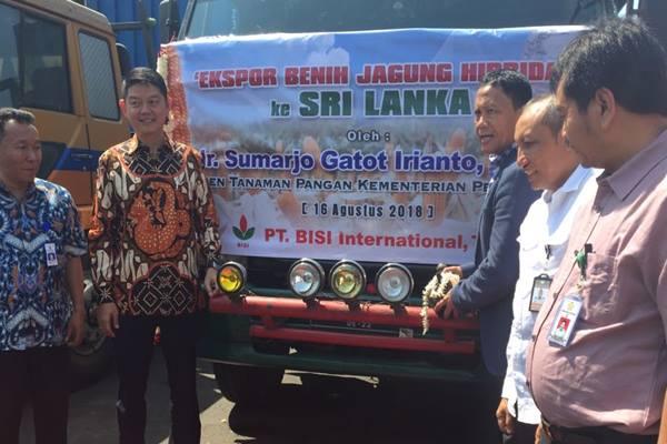 Direktur Utama PT Bisi International, Tbk, Jemmy Eka Putra bersama Direktur Jenderal Tanaman Pangan Kementerian Pertanian Gatot Irianto melepas benih jagung hibrida untuk diekspor.