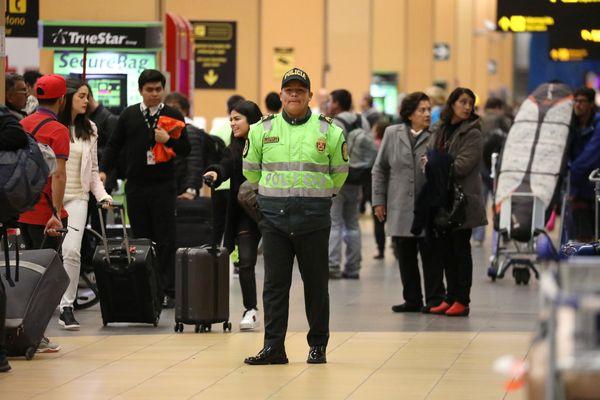 Polisi berpatroli di Bandara Jorge Chavez di Callao, Peru, Kamis (16/8). - Reuters/Mariana Bazo