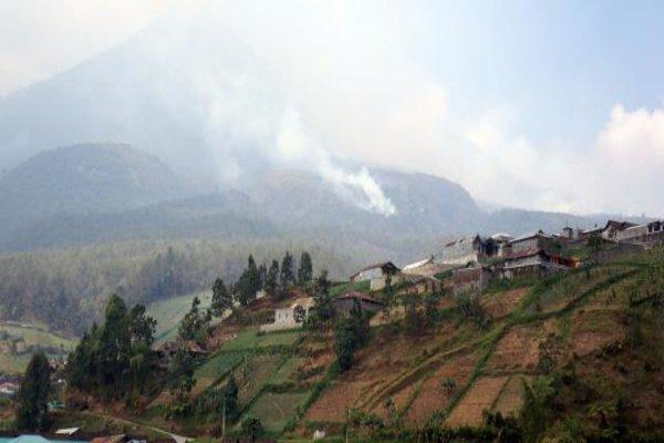 Gunung Lawu tampak di kejauhan dari Tawangmangu. - JIBI