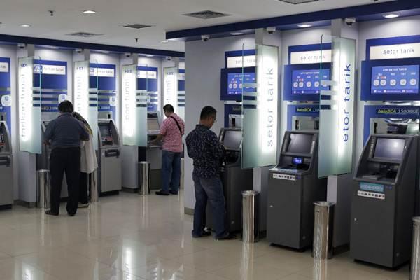 Nasabah bertransaksi di mesin anjungan tunai mandiri (ATM) di Jakarta, Kamis (11/1/2018). - JIBI/Felix Jody Kinarwan