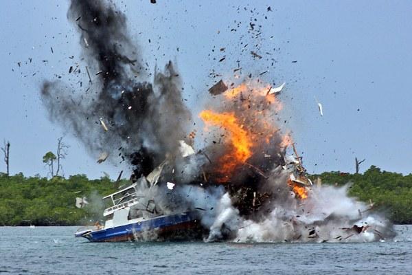 Kapal FB Jamelia 01 asal Filipina diledakkan di perairan Sebelah Utara Pulau Nana Sorong, Kabupaten Sorong, Papua Barat, Sabtu (1/4). - Antara/Olha Mulalinda