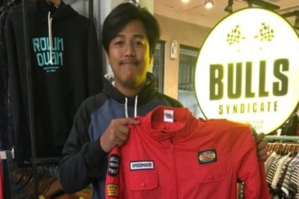 Manajer clothing line  Bulls Syndicate, Aditya Koosnugroho,  menujukkan contoh jaket yang dikenakan Presiden RI, Joko Widodo. - JIBI