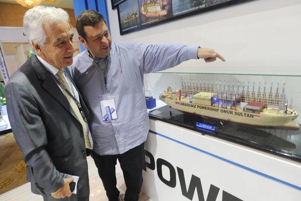 Chief Executive Officer Karpowership Orhan Remzi Karadeniz (kanan) menjelaskan miniatur kapal pembangkit tenaga listrik kepada Duta Besar Turki untuk Indonesia Mehmet Kadri ander Gurbuz seusai pembukaan pameran