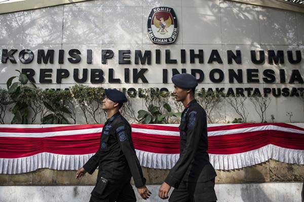 Personel Brimob bersiap melakukan pengamanan di depan Kantor Komisi Pemilihan Umum (KPU), Jakarta, Jumat (10/8/2018). - ANTARA/Aprillio Akbar