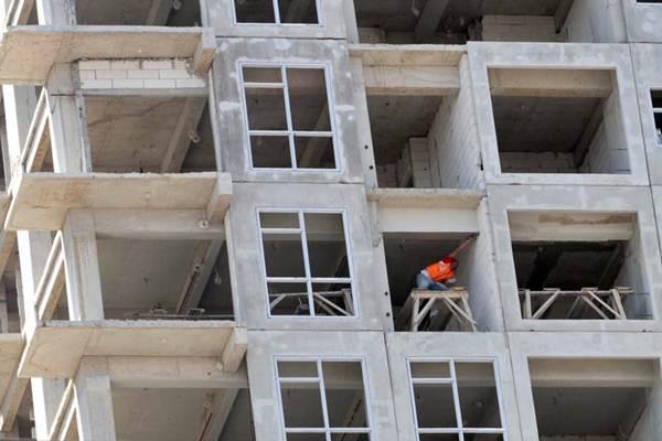 Pekerja beraktivitas di proyek pembangunan apartemen. - JIBI/Paulus Tandi Bone