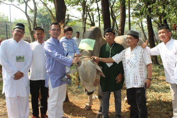 Lorin Hotel Sentul, Bogor, Jawa Barat merayakan Iduladha 2018 dengan membagikan daging hewan kurban ke warga sekitar. - Istimewa