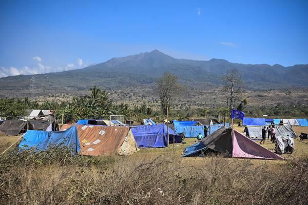 Sejumlah warga berada di tenda pengungsian pascagempa di Desa Padak Guar, Kecamatan Sambelia, Lombok Timur, NTB, Senin (20/8). Pascagempa bumi yang berkekuatan 7 Skala Richter mengguncang Lombok pada Minggu malam pukul 22.56 Wita mengakibatkan sejumlah rumah di daerah tersebut roboh dan puluhan warga mengungsi.  - Antara