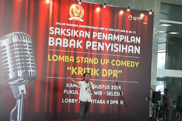 Salah satu peserta Stand Up Komedi bertema Kritik DPR - Bisnis/John Andhi Oktaveri