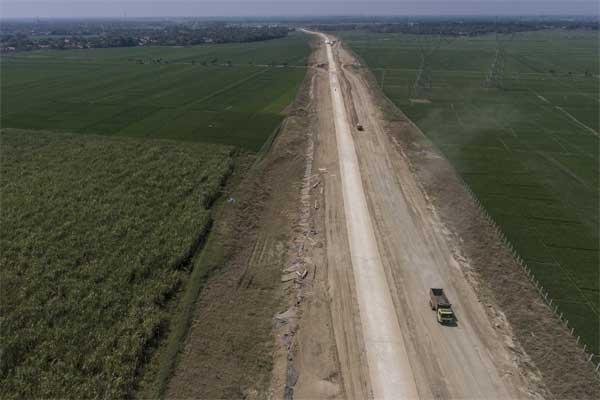 Truk melintas di proyek pembangunan jalan tol Pemalang-Batang Paket I, di Saweka, Pemalang, Jawa Tengah, Jumat (26/5). - Antara/Hafidz Mubarak A