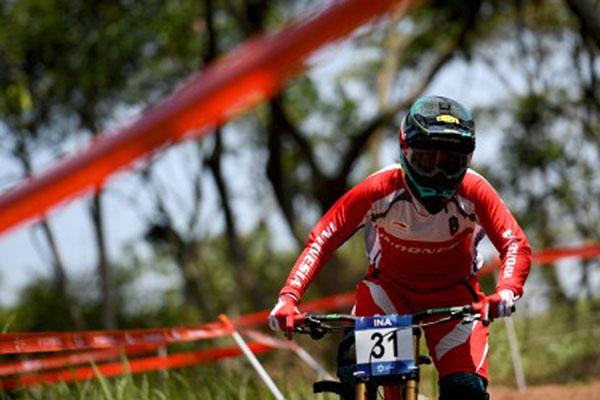 Pebalap sepeda gunung (downhill) Indonesia Tiara Andini Prastika tampil saat meraih medali emas di Asian Games 2018 di Subang, Jawa Barat, pada Senin (20/8/2018). - Antara