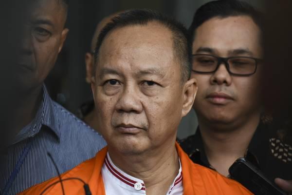 Mantan Kepala Badan Penyehatan Perbankan Nasional (BPPN) Syafruddin Arsyad Temenggung bersiap meninggalkan ruangan seusai menjalani pemeriksaan di gedung KPK, Jakarta, Rabu (18/4). Berkas perkara tersangka Syafruddin Arsyad Temenggung terkait kasus korupsi penerbitan SKL Bantuan Likuiditas Bank Indonesia (BLBI) telah lengkap (P21) dan siap untuk disidangkan. - Antara