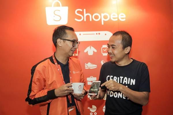 Country Brand Manager Shopee Rezki Yanuar (kiri) berbincang dengan Operational Manager Anomali Coffee Abdul Azis di sela-sela peluncuran Anomali Coffee Official Shop, di Jakarta, Jumat(27/7/2018). - JIBI/Felix Jody Kinarwan