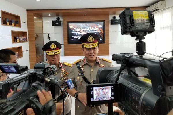Karo Penmas Mabes Polri Brigjen Pol M. Iqbal memberi keterangan kepada wartawan didampingi Brigjen Pol Dedi Prasetyo, Karo Penmas baru pengganti Iqbal - Bisnis/Sholahuddin Al Ayyubi