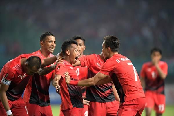 Irfan Jaya  (tengah) bersukacita bersama pemain timnas U23 Indonesia usai mencetak gol pertama ke gawang Hong Kong U23 di pertandingan sepakbola Asian Games 2018, Senin (20/8/2018) di Stadion Patriot Candrabhaga, Bekasi. Indonesia menang 3-1 dan lolos ke babak 16 sebagai juara Grup A - Bisnis /Dwi Prasetya