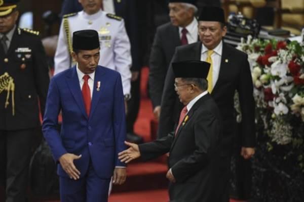 Presiden Joko Widodo (kiri) bersama Wakil Presiden Jusuf Kalla (tengah) dan Ketua DPR Bambang Soesatyo (kanan) mengikuti Sidang Bersama DPR-DPD di Gedung Nusantara, Kompleks Parlemen, Senayan, Jakarta, Kamis (16/8/2018). Sidang bersama tersebut digelar dengan agenda penyampaian pidato kenegaraan oleh Presiden Joko Widodo. - Antara/Hafidz Mubarak A