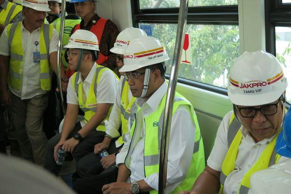 Menteri Perhubungan Budi Karya Sumadi (kedua kanan) meninjau proyek LRT DKI Jakarta di Stasiun Pulomas, Jakarta Timur, Minggu (15/7/2018). - Bisnis.com/Feni Freycinetia Fitriani