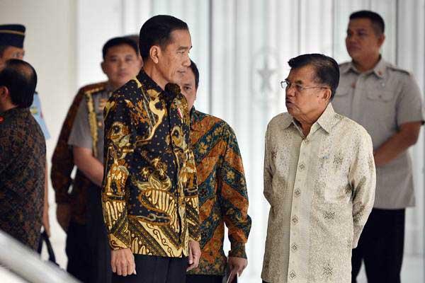 Presiden Joko Widodo (kiri) berbincang dengan Wakil Presiden Jusuf Kalla (kanan) usai melakukan pertemuan tertutup di Kantor Wakil Presiden, Jakarta, Kamis (9/8/2018). - ANTARA/Wahyu Putro A
