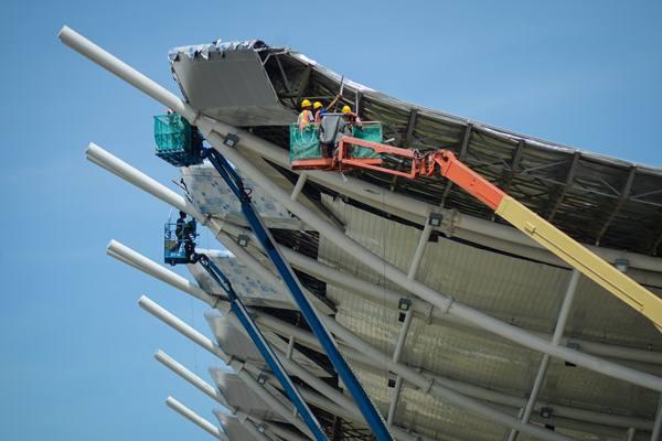 Pekerja menggarap bagian atap proyek pembangunan Bandara Internasional Jawa Barat (BIJB) di Majalengka, Jawa Barat, Rabu (28/3). Berdasarkan data Kementerian Ketenagakerjaan, proyek infrastruktur yang dibangun pemerintah saat ini mampu menyerap 230 ribu pekerja yang tersebar di 246 proyek infrastruktur. ANTARA FOTO - Raisan Al Farisi