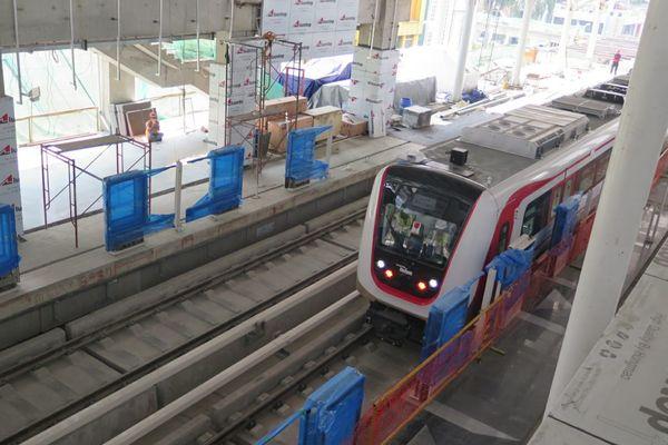 Sebanyak 8 set yang terdiri dari 16 kereta LRT DKI Jakarta sudah tiba di ibu kota. Menteri Perhubungan Budi Karya Sumadi sempat menjajal LRT tersebut ketika meninjau progres proyek ini, Minggu (15/7). - Bisnis/Feni Freycinetia Fitriani