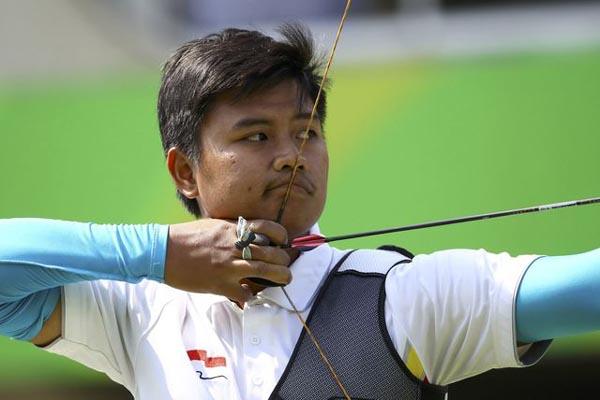 Atlet panahan putra Indonesia, Riau Ega Agatha. - Reuters/Leonhard Foeger