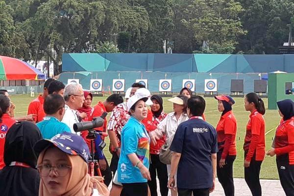 Ketua umum Pengurus Besar Persatuan Panahan Seluruh Indonesia (PB Perpani) Titiek Soeharto bersama kontingen panahan Indonesia di Lapangan Panahan GBK Senayan, Kamis sore (23/8/2018). (Yusran Yunus - Bisnis).