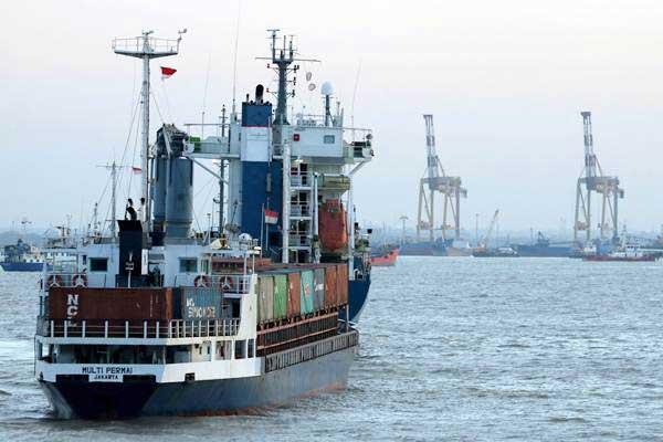 Kapal kargo melego jangkar di Selat Madura, Surabaya, Jawa Timur, Sabtu (16/9)./ANTARA FOTO - Didik Suhartono