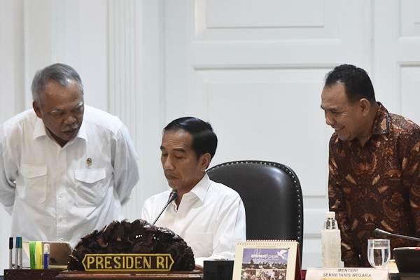 Presiden Joko Widodo (tengah) berbincang dengan Menteri PUPR Basuki Hadimuljono (kiri), dan Gubernur NTT Frans Lebu Raya sebelum rapat terbatas tentang penanggulangan bencana kekeringan di Kantor Kepresidenan, Jakarta, Selasa (12/9). - ANTARA/Rosa Panggabean