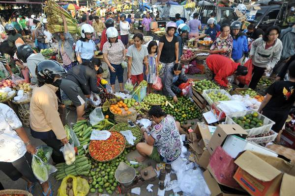 Pengunjung memilih buah-buahan di Pasar Kreneng, Denpasar, Bali, Kamis (13/4). - Antara/Nyoman Budhiana