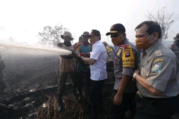 Upaya pemadaman karhutla di Kalbar. (BNPB).