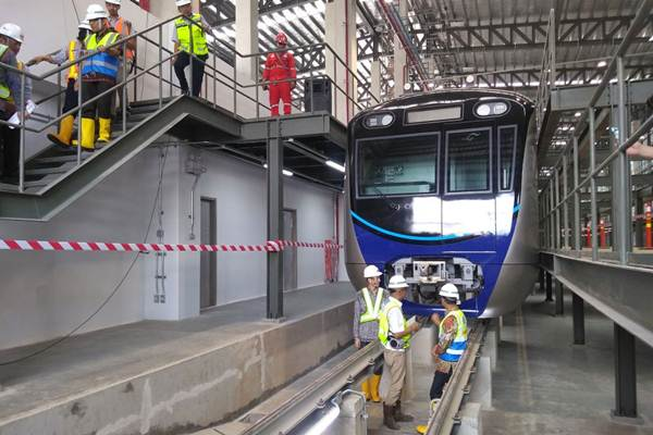 Gubernur DKI Jakarta Anies Baswedan (tengah) meninjau lokasi Depo Mass Rapid Transit (MRT) Lebak Bulus, di Jakarta, Kamis (12/4/2018). - JIBI/Feni Freycinetia