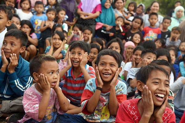 Sejumlah anak bernyanyi bersama dengan relawan di tempat penampungan pengungsi korban gempa bumi di Pemenang, Lombok Utara, Lombok Utara, NTB, Selasa (7/8/2018). - Antara/Zabur Karuru