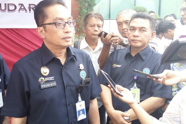 Plt. Dirjen Perhubungan Udara Kemenhub M. Pramintohadi Sukarno (kiri) menjawab pertanyaan wartawan seusai penggalangan bantuan kemanusiaan di Kantor Otoritas Bandar Udara Wilayah 1 di Jakarta pada Kamis (23/9/2018). - Bisnis.com/Rio Sandy Pradana