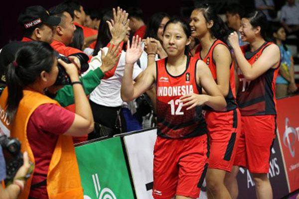 Tim basket putri Indonesia menyapa pendukung setelah menaklukkan India untuk melaju ke 8 besar Asian Games 2018. - Antara