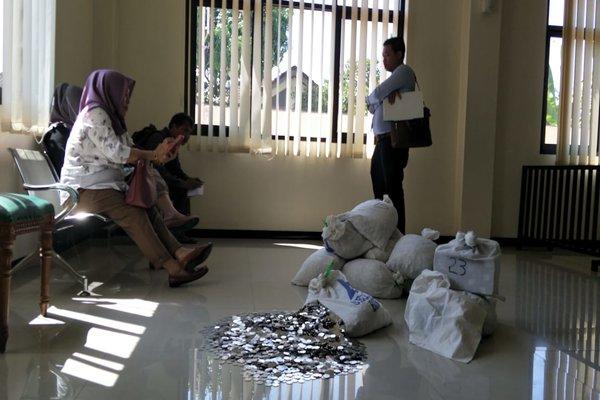 Hermi Setyowati (duduk paling kiri), didampingi anak dan pengacaranya saat menunggu proses persidangan cerai di ruang sidang Kantor PA Karanganyar, Kamis (23/8). - JIBI/Sri Sumi Handayani