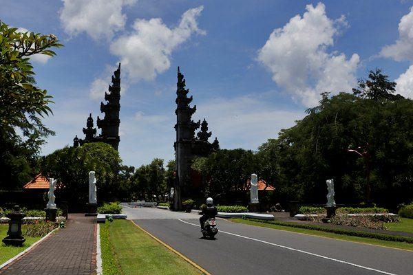 Pintu masuk ke kawasan wisata Nusa Dua, Bali, Kamis (2/3/2017). - Reuters/Nyimas Laula