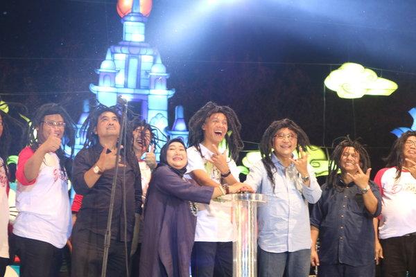 Gubernur Jateng periode 2013 - 2018 Ganjar Pranowo (Tengah) bersama Sekda Provinsi Jateng Sri Puryono dan Direktur PT. PRPP Titah Listiorini saat menekan tombol tanda dibukanya Jateng Fair 2018. - Bisnis