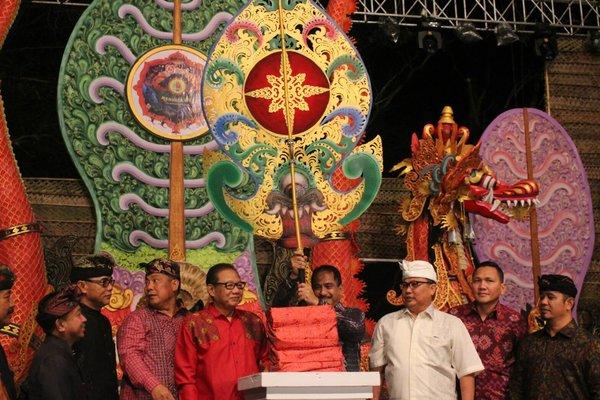 Suasana pembukaan Sanur Village Festival 2018 di Pantai Matahari Terbit, Kamis (23/8/2018) malam.  -  Ni Putu Eka Wiratmini