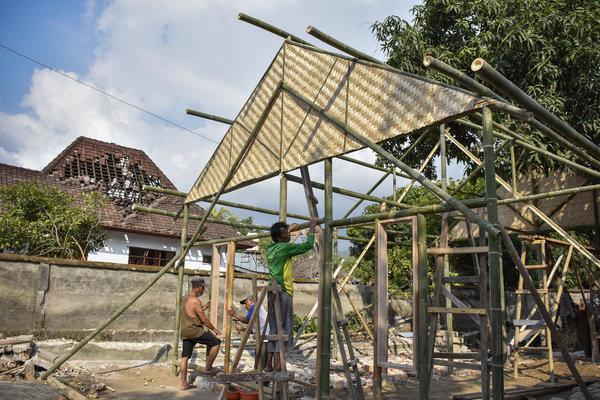 Warga korban gempa membangun rumahnya kembali pascagempa di Desa Pemenang Barat, Kecamatan Pemenang, Lombok Utara, NTB, Selasa (21/8). Memasuki minggu ketiga pasca gempa di daerah tersebut warga mulai semangat untuk membangun rumah mereka sendiri. - Antara/Ahmad Subaidi