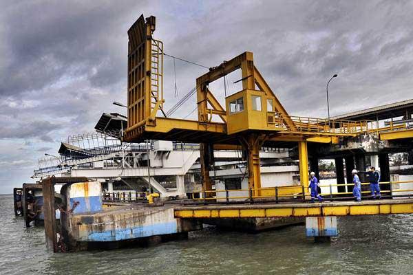Pekerja menyelesaikan proyek pembangunan dermaga 7 di Pelabuhan Merak, Banten, Kamis (30/11). - ANTARA/Asep Fathulrahman