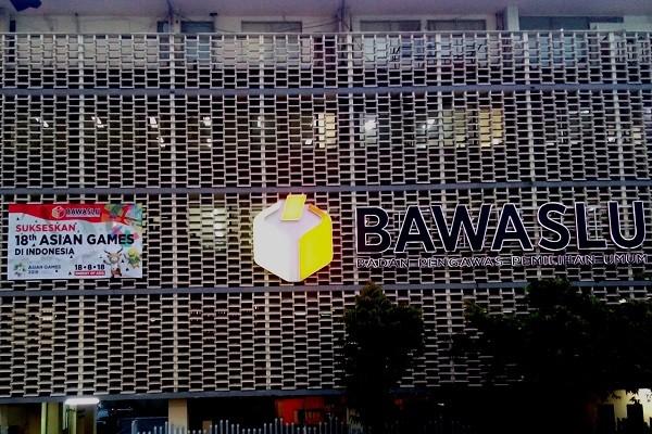 Spanduk dukungan atas pelaksanaan Asian Games 2018 terpampang di Gedung Badan Pengawas Pemilihan Umum (Bawaslu) di Jakarta. - Bisnis.com/Samdysara Saragih