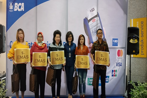 Kepala Kantor Cabang Utama (KCU) PT Bank Central Asia Tbk. (BCA)  Manado Felicia Lily Jaury (tengah) memberikan apresiasi kepada para mitra bisnis yang menggunakan mesin EDC BCA