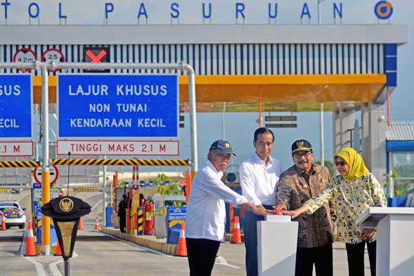 Presiden Joko Widodo (kedua kiri) didampingi Menteri PUPR Basuki Hadimuljono (kiri), Gubernur Jatim Soekarwo (kedua kanan) dan Direktur Utama PT Jasa Marga (Persero) Tbk Desi Arryani meresmikan jalan tol Gempol-Pasuruan Seksi II di gerbang tol Pasuruan, Jawa Timur, Jumat (22/6/2018). - ANTARA/Umarul Faruq