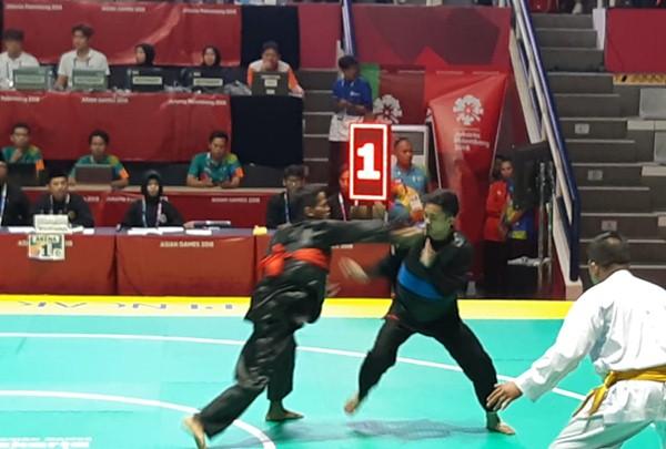 Atlet pencak silat Indonesia, Abdul Malik (kanan) saat bertanding melawan atlet pencak silat Thailand, Sobri Cheni, di babak perempat final, Jumat siang - Bisnis.com/Yusran Yunus